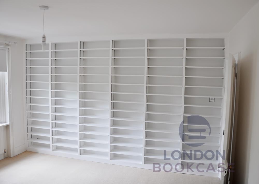 built-in white bookshalves